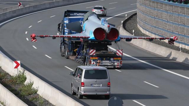 Eurofighter auf der Autobahn