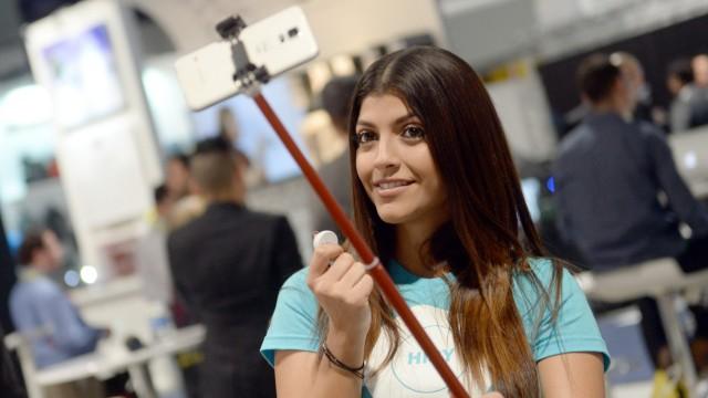 Vom Siegeszug der Selfie Sticks