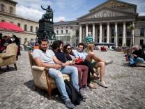 Ein Wohnzimmer für alle: Sofas auf dem Max-Joseph-Platz