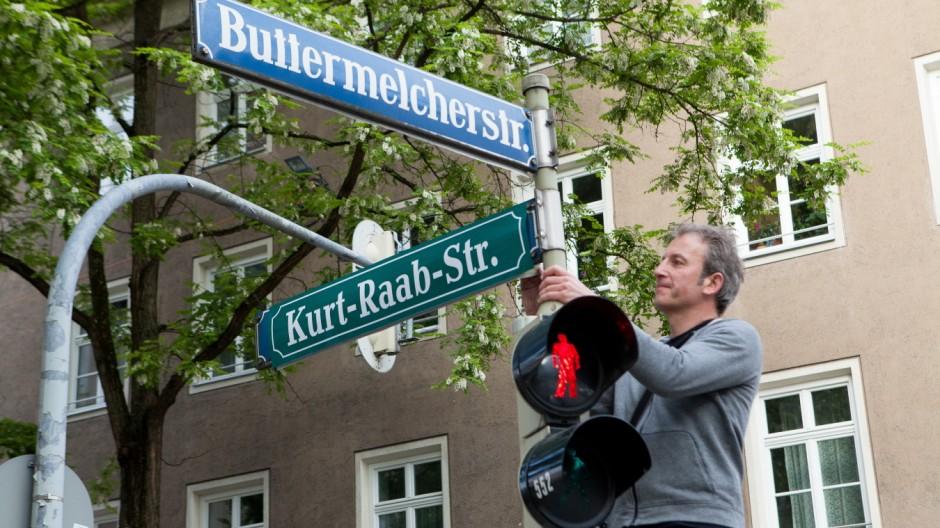 Aktion des Kollektiv Urban Stills zu Fassbinder's 70.; Samstag, 30. Mai 6 Uhr früh, Gärtnerplatzviertel: Straßenschilder werden überklebt
