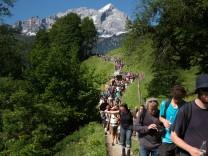 Stermarsch nach Elmau Ca 400 Gipfelgenger machen sich von Garmisch in einem Sternmarsch auf den Weg