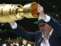 Sein bisher größter Pott: Trainer Dieter Hecking, 52, nach dem DFB-Pokalsieg mit dem VfL Wolfsburg im Mai 2015.