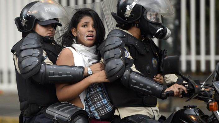 Eine Aktivistin in Venezuela wird verhaftet - laut einer Studie der Bertelsmann-Stiftung ist die Demokratie zunehmend in Gefahr.