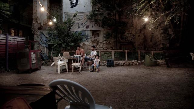 09/08/2013  -  Grece / Athenes  -  Parc autogere situe en face du centre de soutien social   aux immigres Steki Metanaston ('le coin des immigres'),a  Exarchia. Famille de Syriens kurdes refugies en Grece  et engages dans le mouvement antifasciste.    Ste
