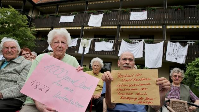 Bewohner eines Altenheims protestieren gegen Abriss