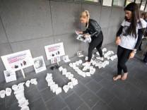 Verwandte Freunde und Anhaenger von Tugce Albayrak stehen am Dienstag 16 06 15 nach der Urteilsve