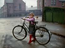 """Evelyn Hofer: """"Mädchen mit Fahrrad"""", Dublin, 1966"""