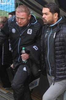 Trainer Torsten Fröhling und Geschäftsführer Gerhard Poschner TSV 1860 München kommen aus dem Tunn