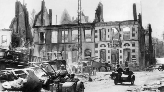 Deutsche Kradeinheit in einer zerstörten französischen Stadt, 1940