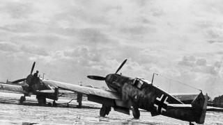 Deutsche Messerschmitt Me 109 auf einem Flugplatz während des Krieges