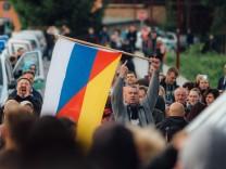 Die Polizei sichert Freitaler Flüchtlingsheim während Demonstrationen