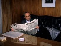 Lothar de Maiziere (Deutschland/Deutsche Demokratische Republik/CDU) liest die Neue Zeit in seinem B