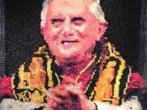 Papstporträt aus Kondomen