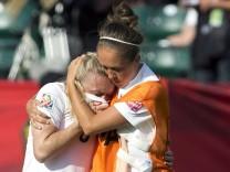 Josanne Potter tröstet Laura Bassett bei der Fußball-WM der Frauen