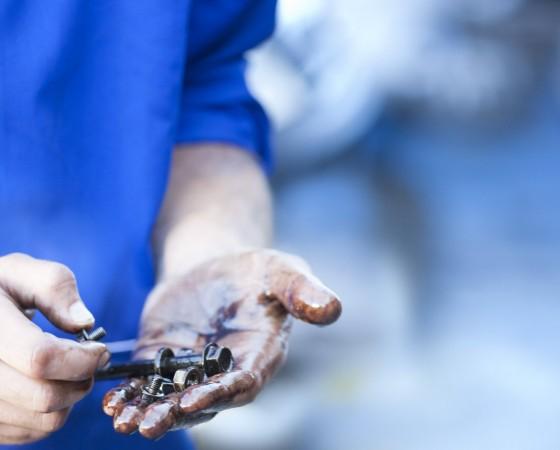 Mechanic s hands holding screw model released Symbolfoto property released PUBLICATIONxINxGERxSUIxAU