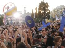 Griechenlands Ministerpräsident Alexis Tsipras spricht zu Gegnern der Sparvorgaben