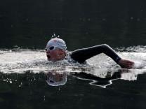 Ein Schwimmer im Neoprenanzug im Steinsee