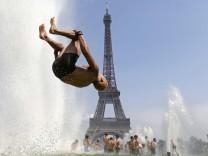 Salto auf dem Trocadero Platz vor dem Eiffelturm in Paris