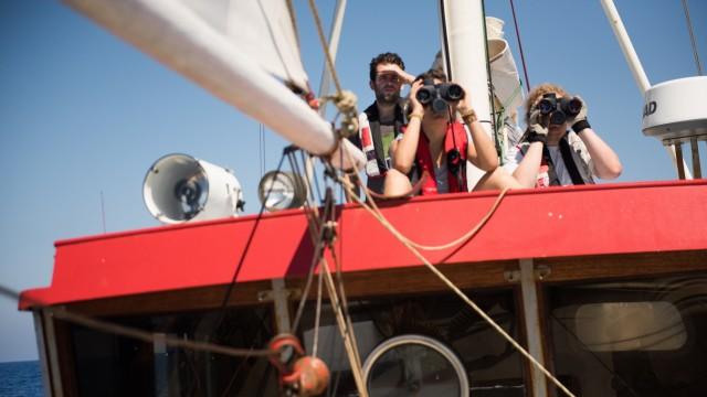Crewmitglieder der Seawatch auf Ausguck