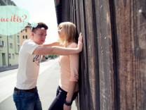 Julien Blanc, der sexistische Pickup-Artist, ist längst aus der Öffentlichkeit verschwunden. Doch vor allem im Netz lebt die Szene weiter. Wir haben uns mal die absurden Begriffe angesehen, mit denen die Pickup-Artists arbeiten.  jetzt.de