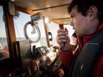Johannes Bayer ist 27 Jahre alt und rettet Flüchtlinge aus dem Mittelmeer. Er lebt und arbeitet seit fünf Monaten auf der Sea Watch. jetzt.de