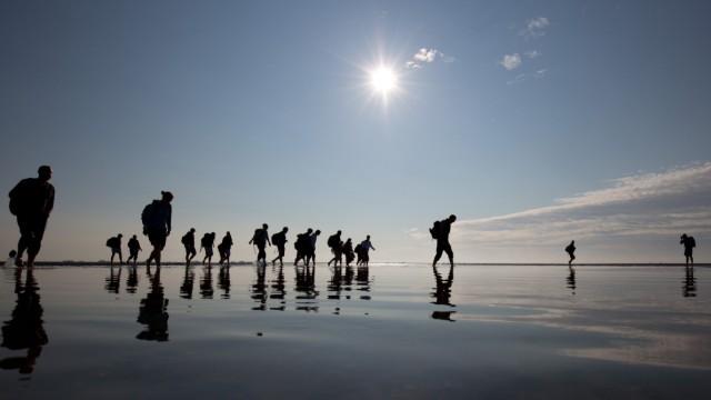 Der steigende Meeresspiegel aufgrund des Klimawandels bedroht auch das Wandern im Wattenmeer.