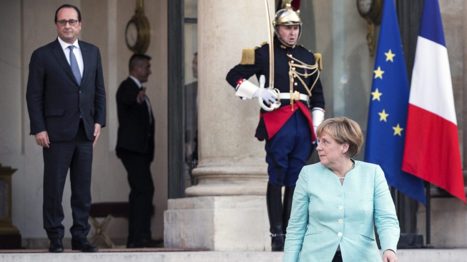 Crisis meeting in Paris between French President and German Chanc
