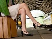 wartende Frau am Bahnhof, iStock