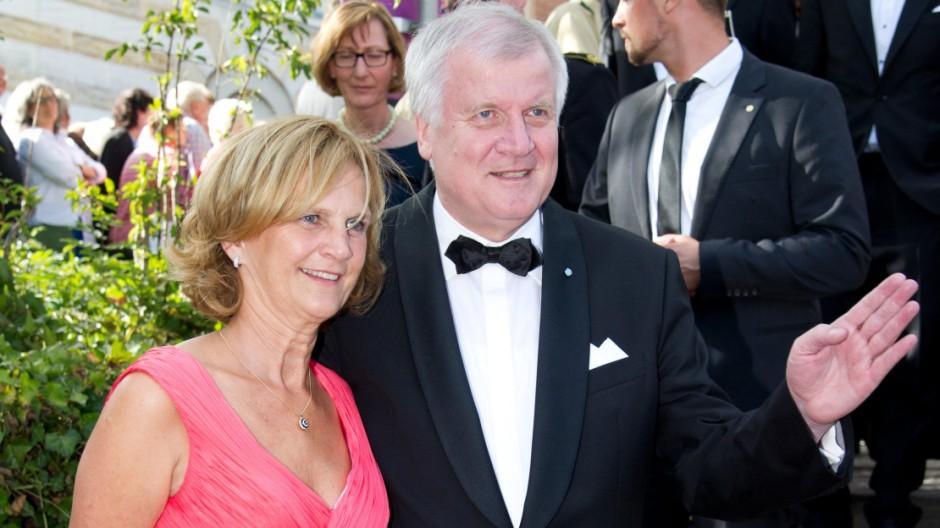 Horst Seehofer und Gattin bei den Bayreuther Festspielen 2015