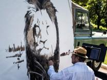 Künstler Mark Balma malt ein Bild vom getöteten Löwen Cecil