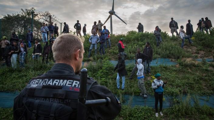 Flüchtlinge in Calais treffen auf die Polizei