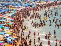 Überfüllter Strand in Benidorm, Spanien, am 22. Juli 2015