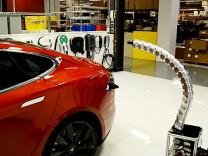 Prototyp eines Ladegerät-Roboters für das Tesla Model S.