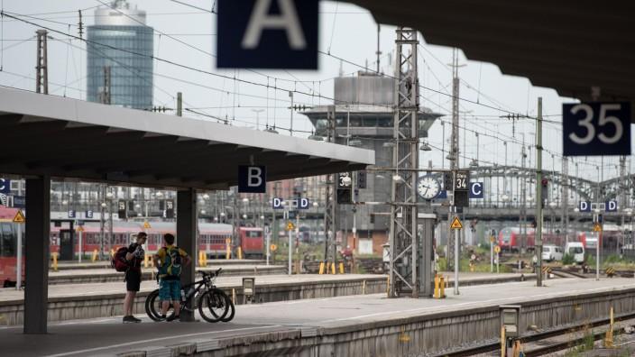 Passagiere mit Fahrrad am Hauptbahnhof in München, 2015
