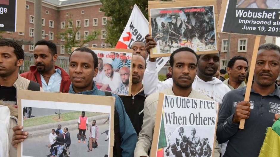 Kundgebung von Flüchtlingen vor dem Bundesamt für Migration