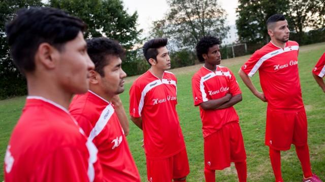 Flüchtingsmannschaft, Sportanlage des ESV Neuaubing: Vorstellung der ersten Flüchtlingsmannschaft Bayerns im organisierten Spielbetrieb des Deutschen Fußball Bundes