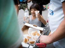 Flüchtlinge warten vor LaGeSo Berlin Angespannte Lage der Flüchtlinge vor dem Berliner Landesamt für