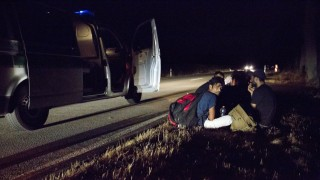 Pakistanische Fluechtlinge an bayerischer Autobahn