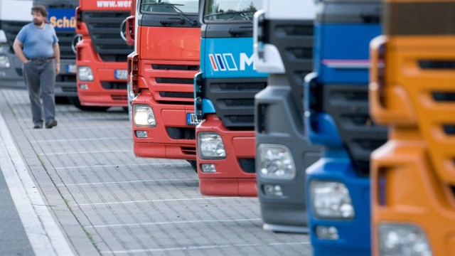 Lastwagen auf einem Autobahn-Parkplatz