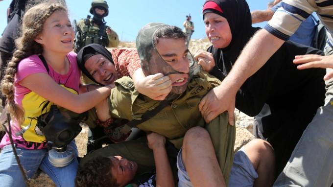 Der Siedlungsbau führt immer wieder zu heftigen Auseinandersetzungen, wie hier 2015 zwischen einem israelischen Soldaten und Palästinensern. (Foto: Abbas Momani/AFP)