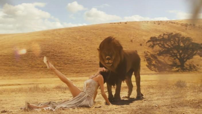 "Screenshot: Taylor Swift ""Wildest Dreams"""