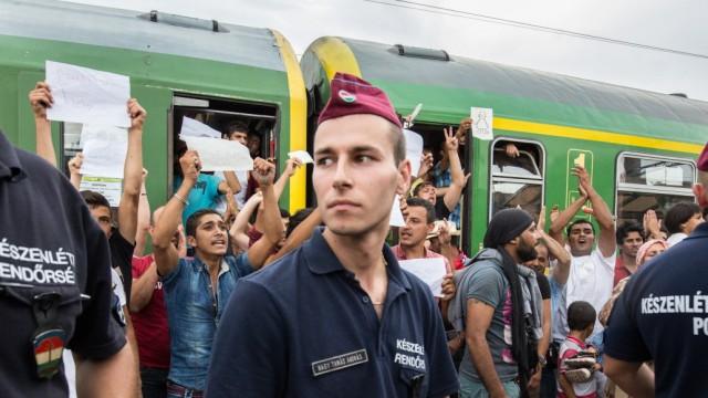 Flüchtlinge in Ungarn, Zug in Bicske gestoppt
