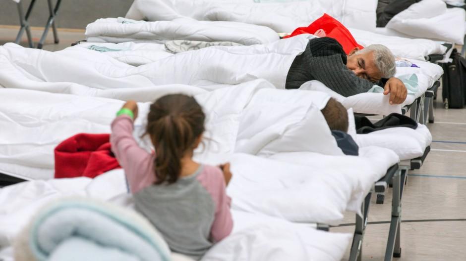 Flüchtlinge beziehen Notunterkunft