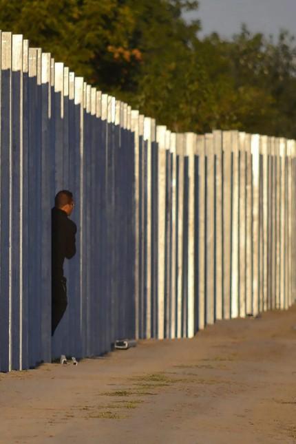 Migrant crosses Hungarian Border Fence
