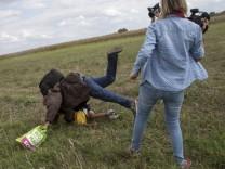 Ungarische Kamerafrau stellt Flüchtling Bein