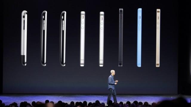 Die Evolutionsschritte eines Objektes der Begierde: Apple-Chef Tim Cook vor einem Bild mit iPhones von ersten Modell bis zum 5s.