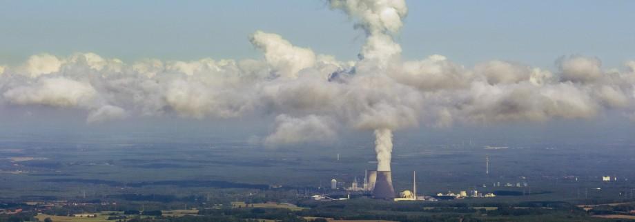 Kernkraftwerk Lingen Atomkraftwerk Lingen mit Wolken AKW Lingen Kühlturm Lingen Emsland Niede