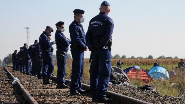 Polizisten bewachen ein Flüchtlingslager an der serbischen Grenze bei Röszke. (Archivbild)