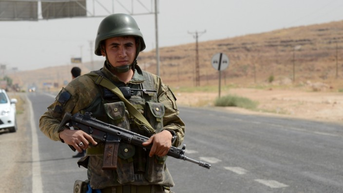 Türkische Sicherheitskräfte blockieren die Zufahrtswege nach Cizre.