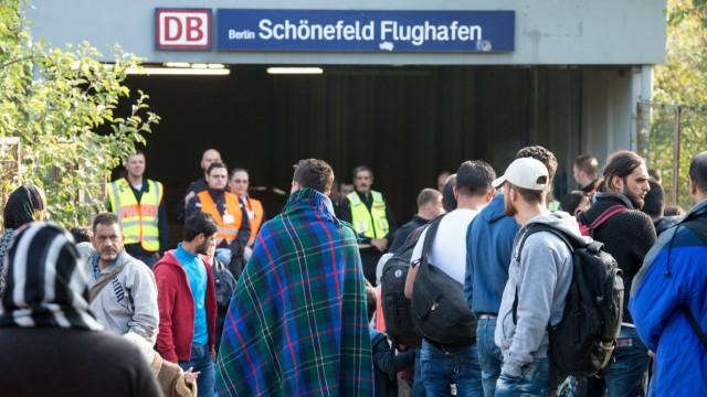 Flüchtlinge kommen am Bahnhof Schönefeld an